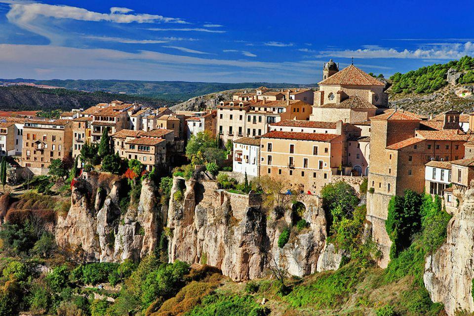 Spanien: Auf einem Felsplateau zwischen zwei tiefen Schluchten erhebt sich die kastilische Stadt Cuenca