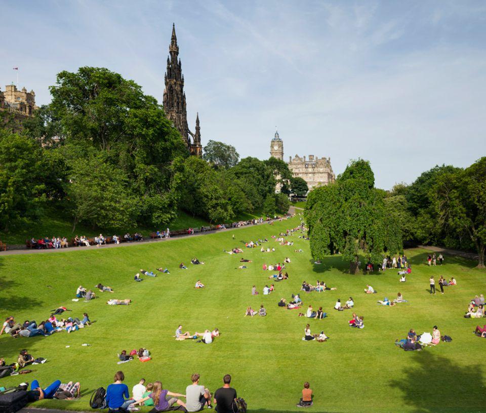 Reisetipps Schottland: Oase mitten in der Stadt: die Princes street Gardens. Hier erholen sich müde Touristen, lernen Studenten in der Sonne und toben Familien