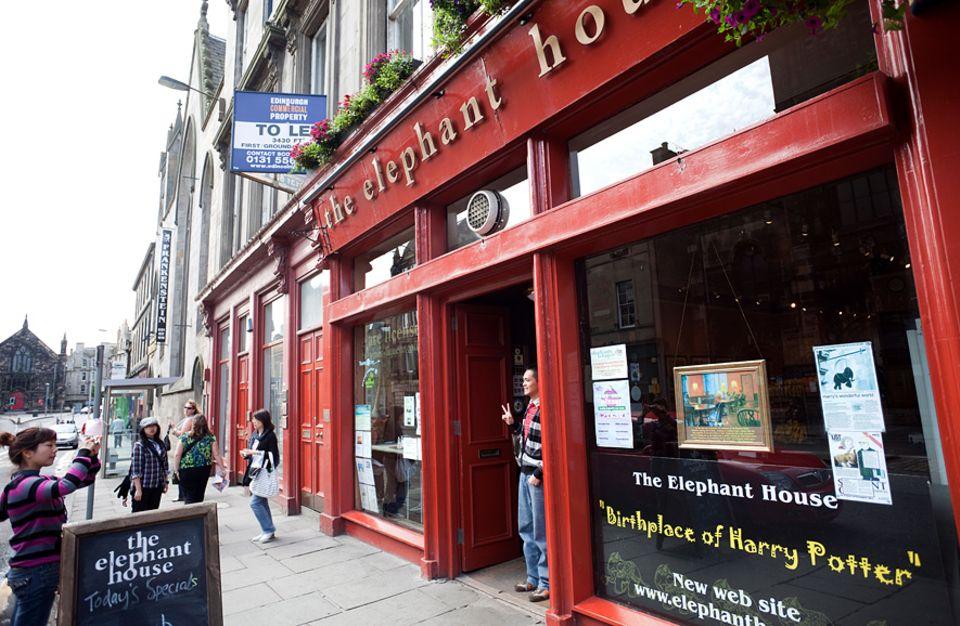 Reisetipps Schottland: Nicht nur für Harry-Potter-Fans: Das Café The Elephant House bietet besten Blick auf das Edinburgh Castle