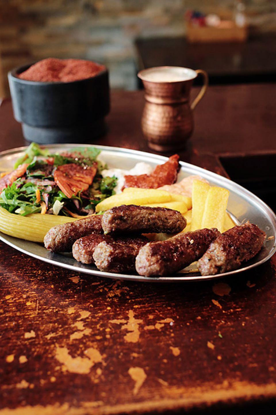 Giesing: Für eine türkische Teigtasche voller Köstlichkeiten stellen sich die Münchner gern in die nahezu immer vorhandene Schlange vor dem Türkitsch