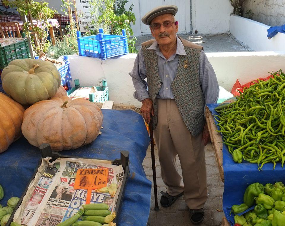 Türkei: Jeden Samstag das Highlight in Alacati: der Bazar. Hier verkaufen alle Generationen ihre regionalen Waren