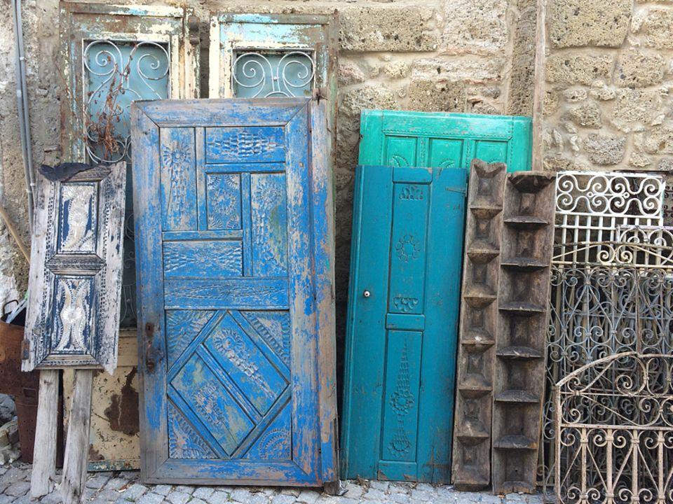 Türkei: Viele Antikhändler haben ihre Ladengeschäfte in der Altstadt von Alaçati. Besonders in der Gasse Haci Memis Yolu werden Vintage-Fans glücklich