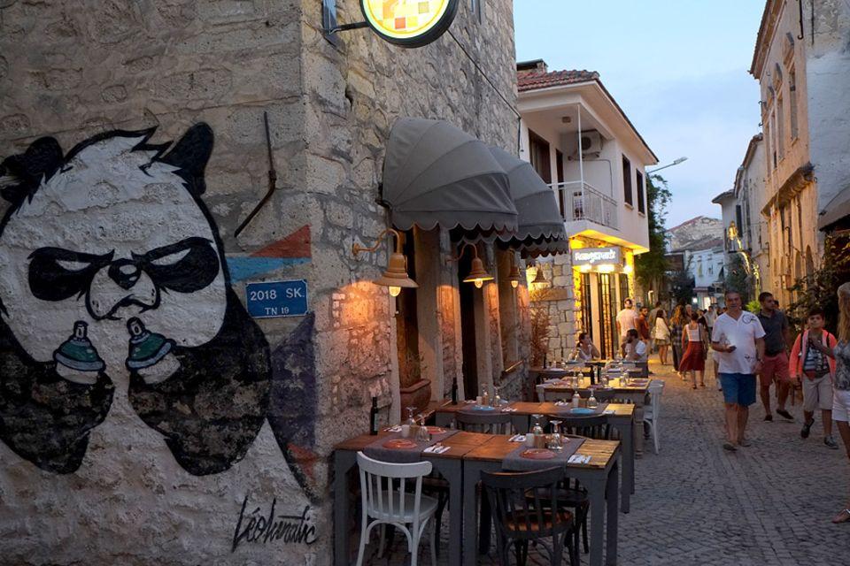 Türkei: Das Leben in den Altstadtgassen findet größtenteils unter freiem Himmel statt: Restaurants, Geschäfte und Bars haben bis in die späten Abendstunden geöffnet