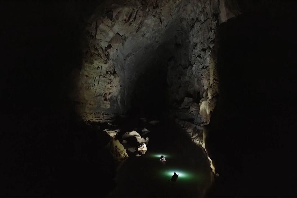 Laos: Per Kajak durch die Höhle