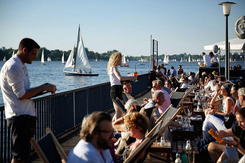 Reisetipps für die Perle: Segelnd die Stadt entdecken. Boote und Skipper stehen am Alsterufer bereit