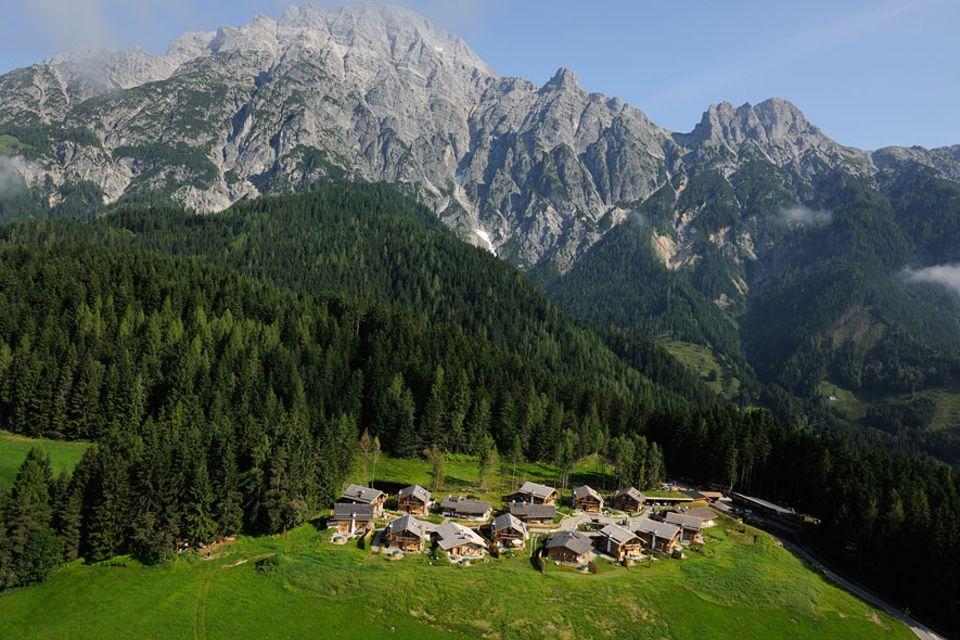 Salzburger Land: Das Bergdorf Priesteregg in Leogang liegt auf einem Hochplateau in 1100 Höhenmetern und bietet Hütten-Urlaub für die ganze Familie