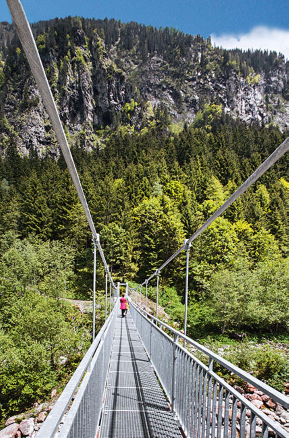 """Salzburger Land: Der Erlebnispfad """"Venedigerweg """" ist eigentlich für Kinder konzepiert worden, an der 60 Meter langen Hängebrücke, gleich zu Anfang, dürfte aber auch schon der ein oder andere Erwachsene gescheitert sein"""