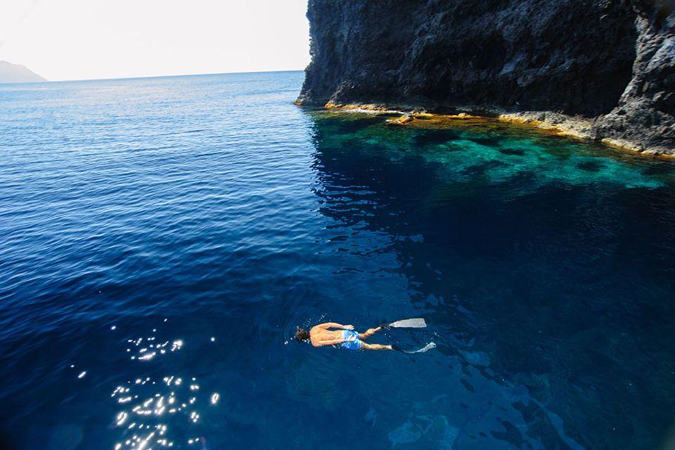 Süditalien: Schnorchler und Taucher reisen extra nach Filicudi um die Grotten zu erkunden. Die Spots rund um die kleine Insel gelten als die besten im Archipel der Liparischen Inseln