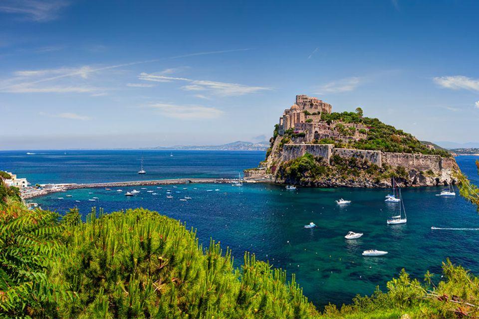 Süditalien: Ischia ist mit 46 Quadratkilometern die Hauptinsel der Phlegräischen Inseln. Markantester Punkt ist der Monte Epomeo mit 789 Metern
