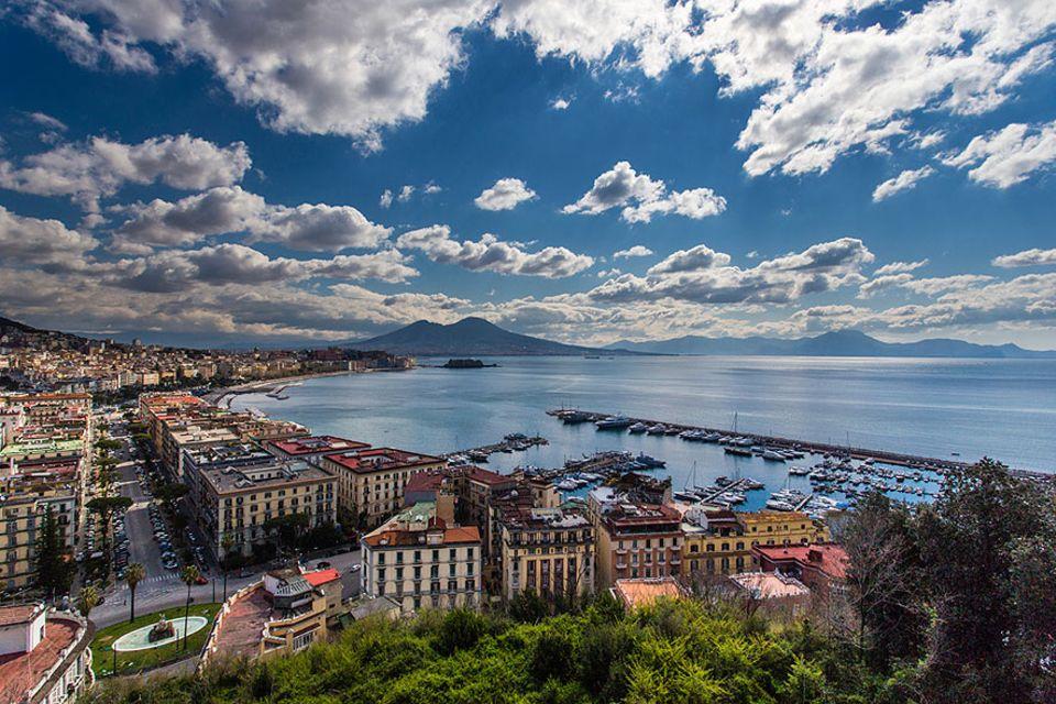 Reisetipps Süditalien: Neapel, die Metropole Kampaniens. Im Hintergrund erhebt sich der mächtige Nachbar Vesuv