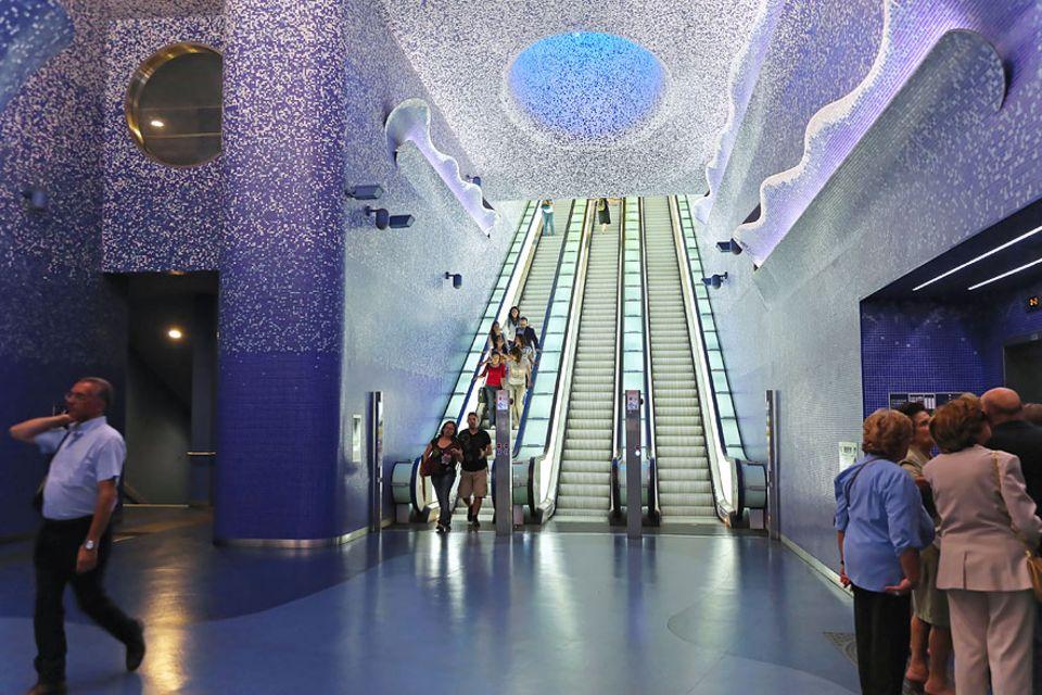 Reisetipps Süditalien: Die Station Toledo liegt entlang der Linie 1 in Neapel und gehört zu den Stationen, die von Künstlern entworfen und umgesetzt wurden