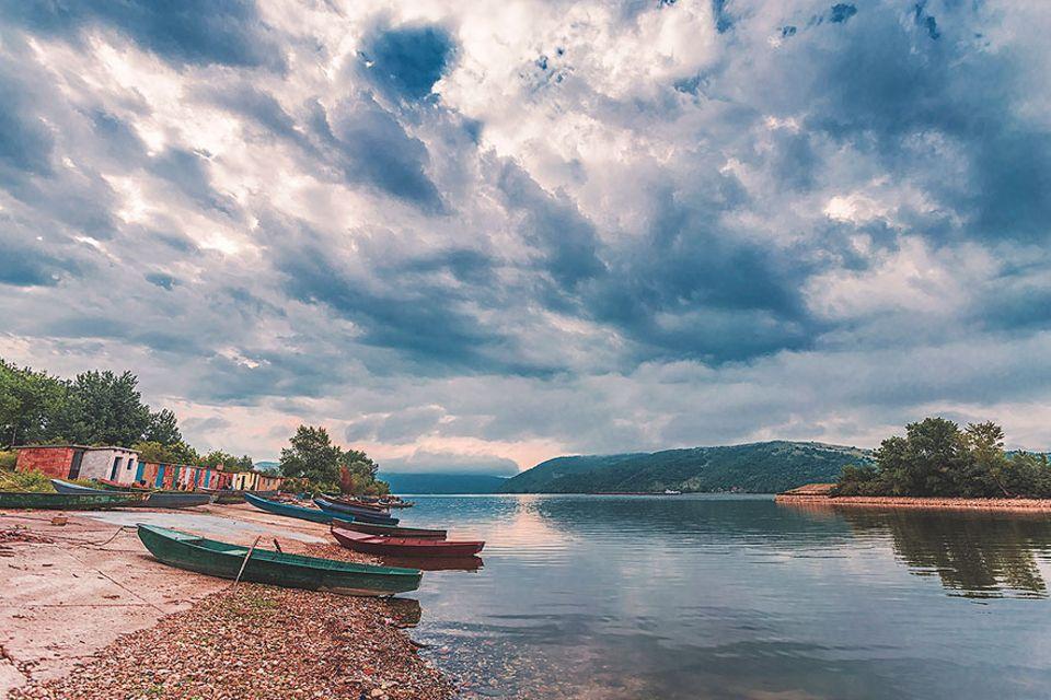 Serbien: Aufgeräumt liegen die Fischerboote an den Ausläufern des Donau-Theiß-Donau-Kanals
