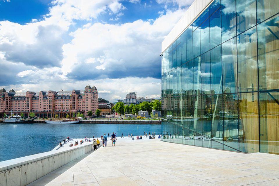 Oslo: Auf dem Dach einer Oper mit bester Aussicht auf die neuen Stadtteile wandelt man als Reisender auch selten, in Oslo kein Problem