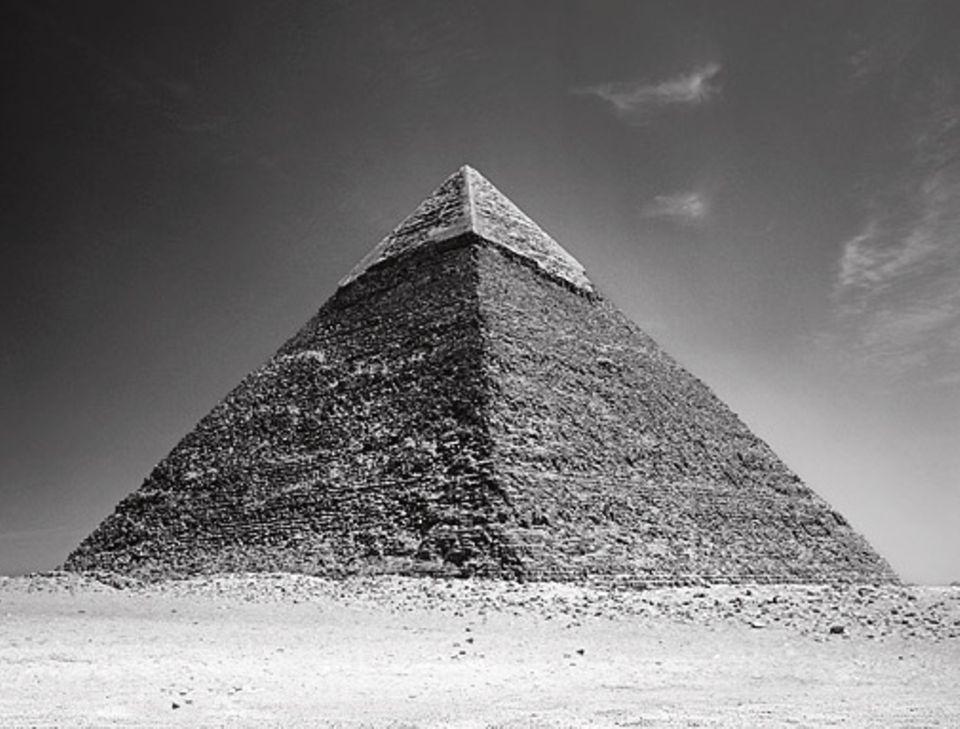 GEO EPOCHE EDITION: Monumente der Macht : Mit gewaltigen Grabmälern – hier die Pyramide des Chephren in Giseh – demonstrieren die Pharaonen ihren Rang an der Spitze der ägyptischen Gesellschaft