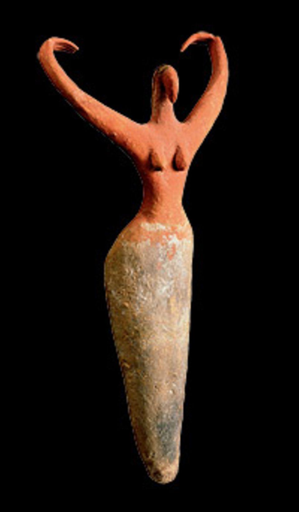 GEO EPOCHE Edition: Die Arme in die Höhe gestreckt, den Unterleib von einem Rock verhüllt, stellt diese Frauenfigur vermutlich eine Trauernde dar. Sie wird um 3400 v. Chr. aus bemalter Keramik gefertigt und einer Person mit ins Grab gelegt