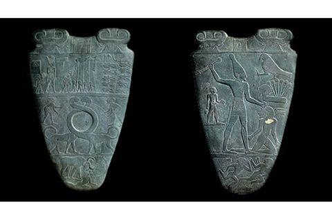 GEO EPOCHE Edition: Diese Schminkpalette zeigt Pharao Narmer als siegreichen Krieger, der einen Gefangenen erschlägt. In der Vertiefung auf der anderen Seite wurde einst die Augenschminke für ein Götterkultbild angerührt (um 3050 v. Chr.)