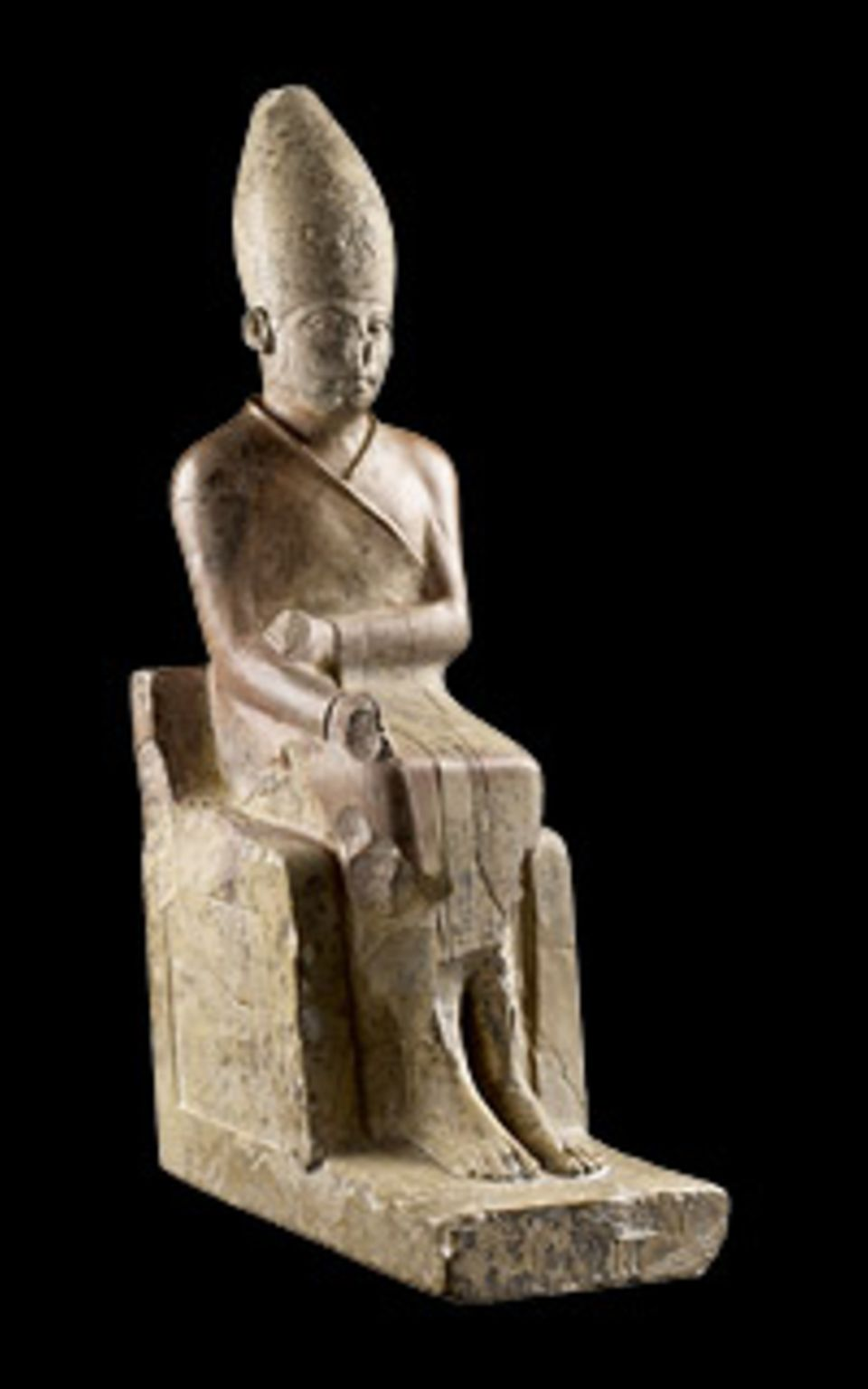 GEO EPOCHE Edition: In einem eng anliegenden Mantel, wie ihn Pharaonen zu Jubiläumsfesten tragen, sitzt König Chasechemui auf seinem Thron. Diese Figur und ihr dunkleres Pendant sind die ältesten erhaltenen Statuen eines ägyptischen Herrschers (um 2720 v. Chr.)