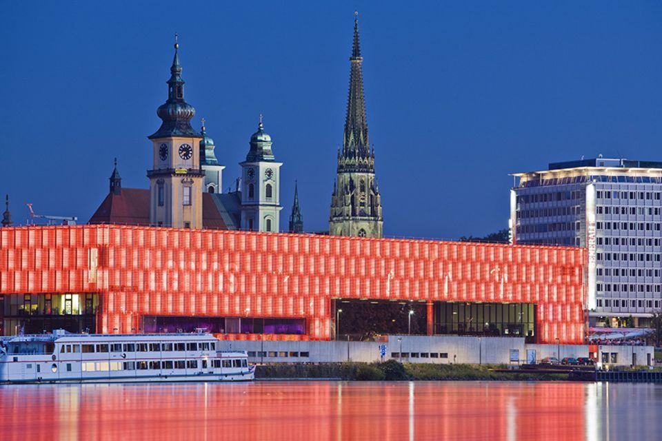 Oberösterreich: Leuchtsignale der Moderne: Nachts erstrahlt die transparente Glashülle des Lentos Kunstmuseum