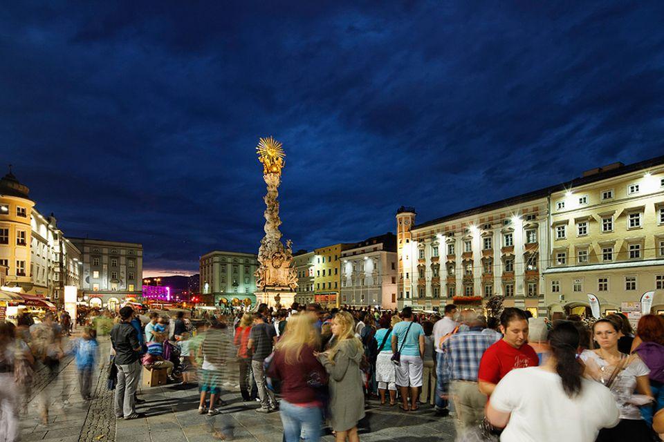 Oberösterreich: Der Hauptplatz von Linz mit seiner barocken Kulisse ist auch heute noch einer der beliebtesten Trefpunkte in der Landeshauptstadt