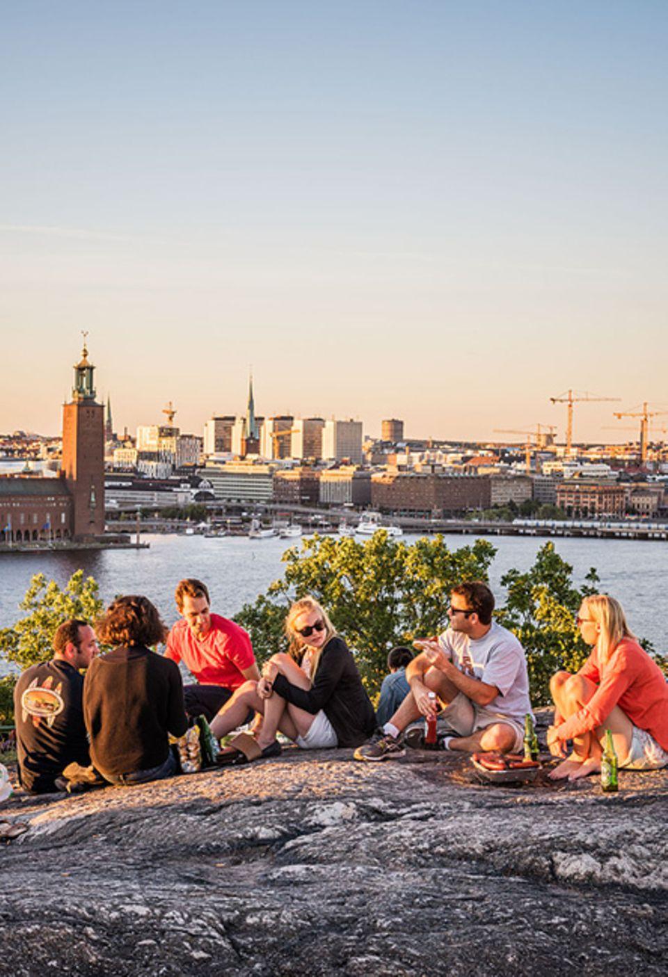 Reisetipps für Slow Traveller: Ob Sonnenuntergang oder Picknick, wer auf dem höchsten Punkt Stockholms Zeit verbringt, wird Schwedens Hauptstadt verfallen
