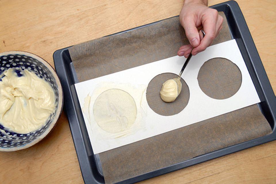 Rezept: Füllt Teig in die Slückskeks-Schablone