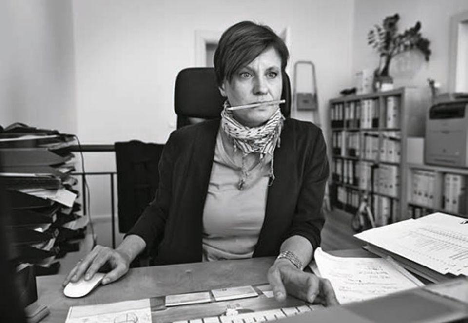 Angst: Im Büro: Lange lädt sie sich immer neue Pflichten auf. Und erkennt dabei ihre Grenzen nicht