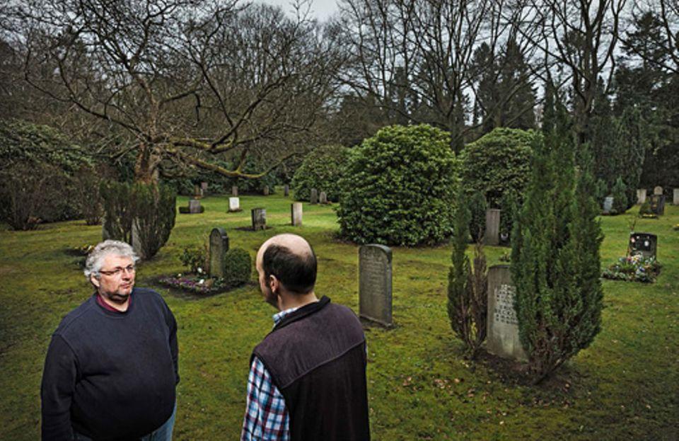 Verhaltenstherapie: Nichts fürchtet Christian Braun* (im Bild rechts) so sehr wie den Tod. Deshalb konfrontiert Therapeut Mykola Fink ihn auf einem Friedhof mit der Angst