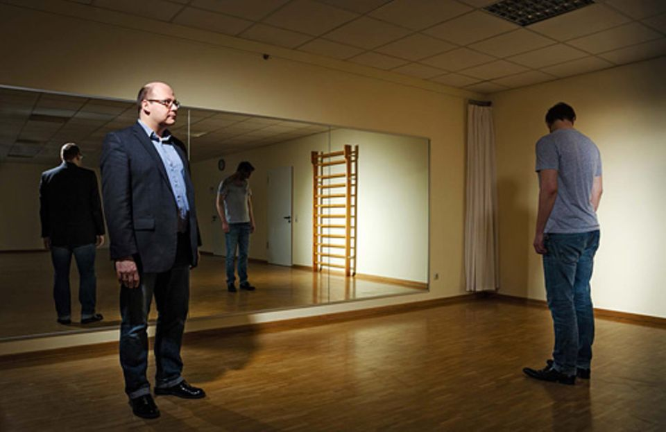 Verhaltenstherapie: Vor einem Spiegel versucht der Therapeut Christian Stierle (links), dem Patienten Justus Mayer* die Abneigung gegen das eigene Aussehen zu nehmen