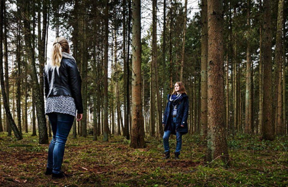 Verhaltenstherapie: Insbesondere fernab von vertrauten Menschen befällt Maria Schmidt* (links) Panik. Therapeutin Christina Sagebiel setzt sie deshalb in einem Wald dem Gefühl aus, sich allein einen Weg suchen zu müssen