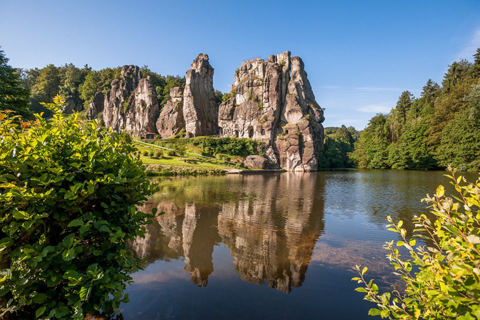Deutschland neu entdecken: Der Exterstein-Dino im teutoburger Wald liegt formvollendet an der Wiebecke. Augen und Ausguck schlugen Menschen in den Sandstein
