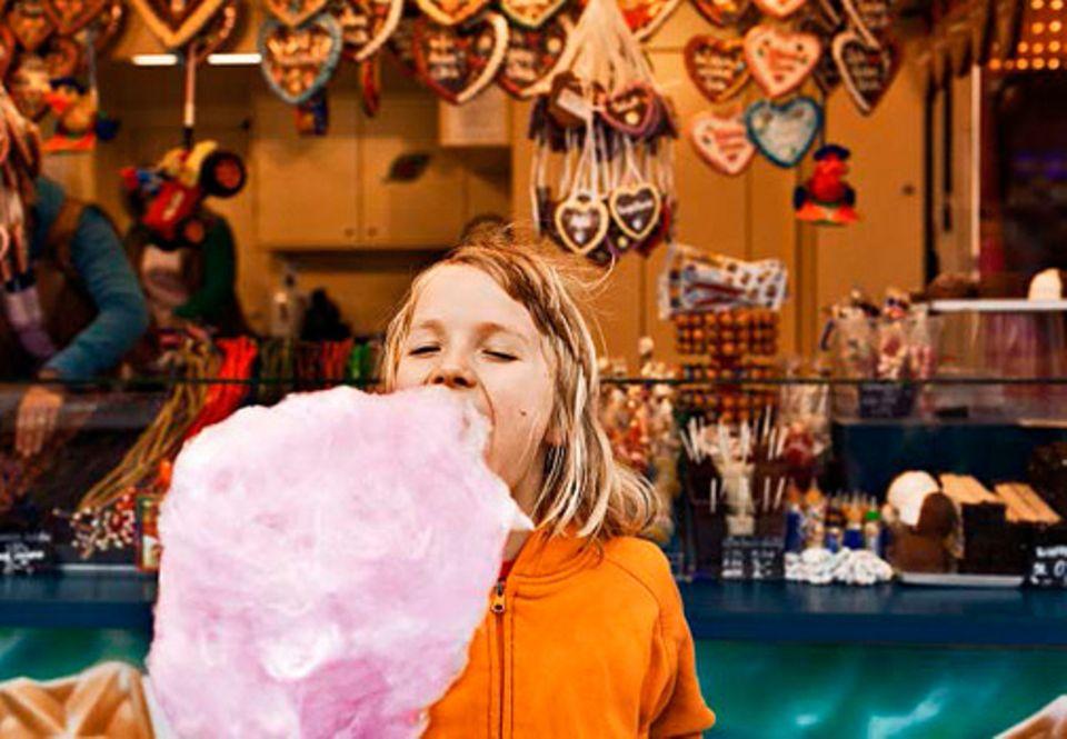 Gesunde Ernährung: ZUCKERWATTE ist ganz und gar nicht gesund - macht Kindern aber riesigen Spaß. Wer sonst vollwertig isst, darf auf dem Rummel sicher mal eine Ausnahme machen