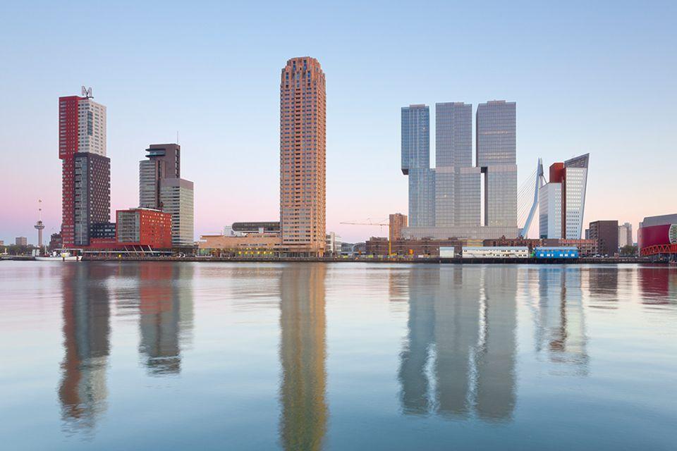 """Niederlande: Die Hochhäuser in der Hafencity Kop van Zuid,brachten Rotterdam den Beinamen """"Manhattan an der Maas"""" ein"""