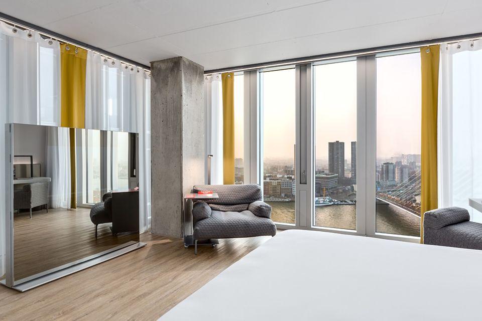 Niederlande: Mit Hafenblick von der Ferne träumen können Gäste im Nhow Hotel im Komplex De Rotterdam an der Eramus-Brücke