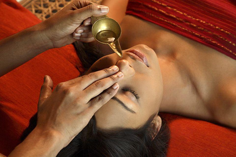 Entspannungsurlaub: Die klassische Nasya-Behandlung soll vor allem dem Hals-Nasen-Ohren-Bereich bereinigen
