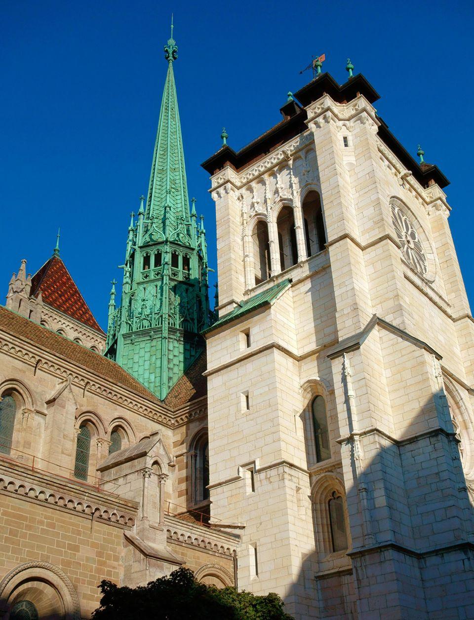 Schweiz: Im romanischen Stil begonnen, wurde die Kirche Saint Pierre 1260 im gotischen Stil vollendet und trohnt auf dem Altstadthägel über der Stadt