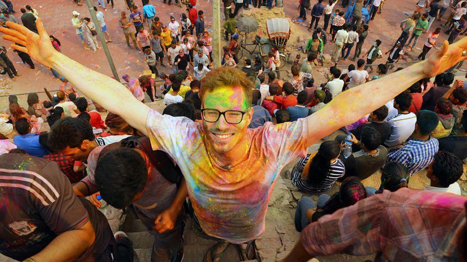 Kleine Welt: Christoph Karrasch landete pünktlich zum Holi-Festival in Kathmandu, wo er statt seine erste Kontaktperson zu treffen, erstmal mit Farbe um sich schmiss