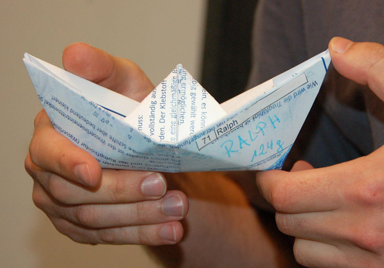 Papierschiffe: Wer sinkt, hat verloren
