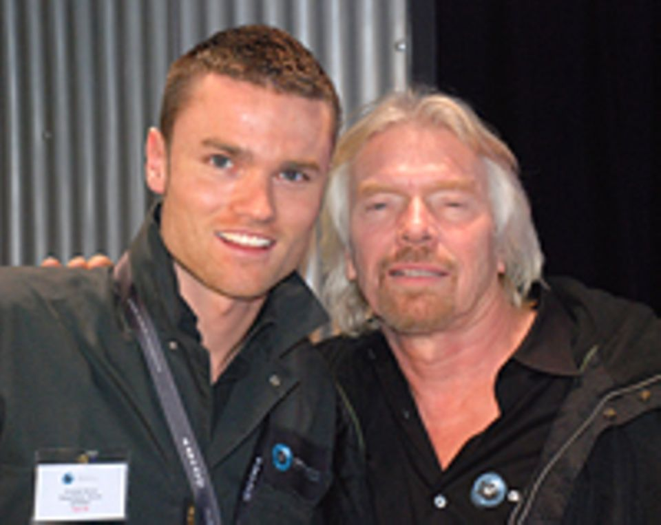 Christoph Berner (links) mit dem Firmengründer von Virgin Galactic Sir Richard Branson