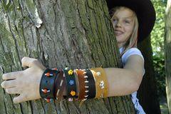 Indianer-Armband aus Leder basteln