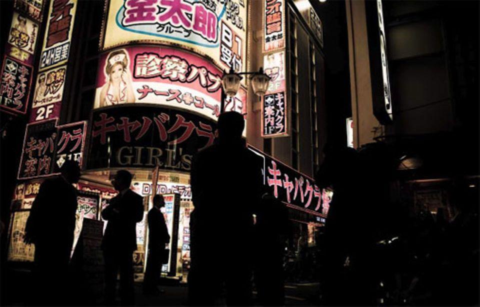 Angehörige der Yakuza-Familie treffen sich vor einem der Nachtclubs in Kabukicho, die unter ihrer Kontrolle stehen. Wer in dem Rotlichtbezirk Geschäfte machen will, muss die Erlaubnis der Bande einholen und eine Gebühr bezahlen