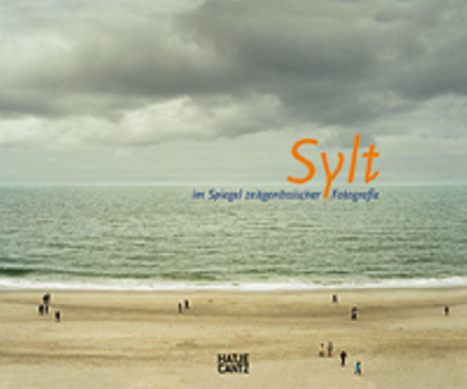 Fotogalerie: Sylt - im Spiegel zeitgenössischer Fotografie, Hrsg. Denis Brudna, 2012, 160 Seiten, 161 Abb., 29,80 Euro, erschienen im Hatje Cantz Verlag.