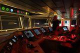 Captain auf der Brücke
