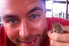 Fotostrecke: Palmenhörnchen Rob und Ziehvater Paul