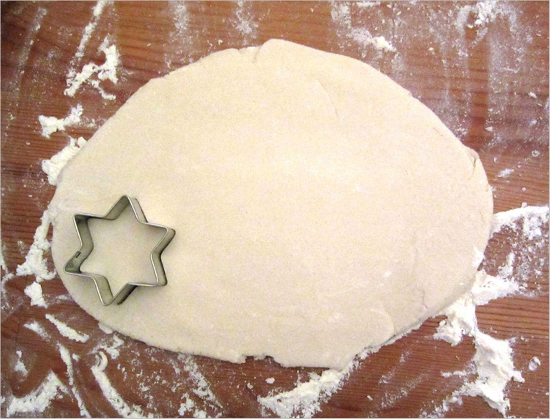 Formen aus Salzteig ausstechen
