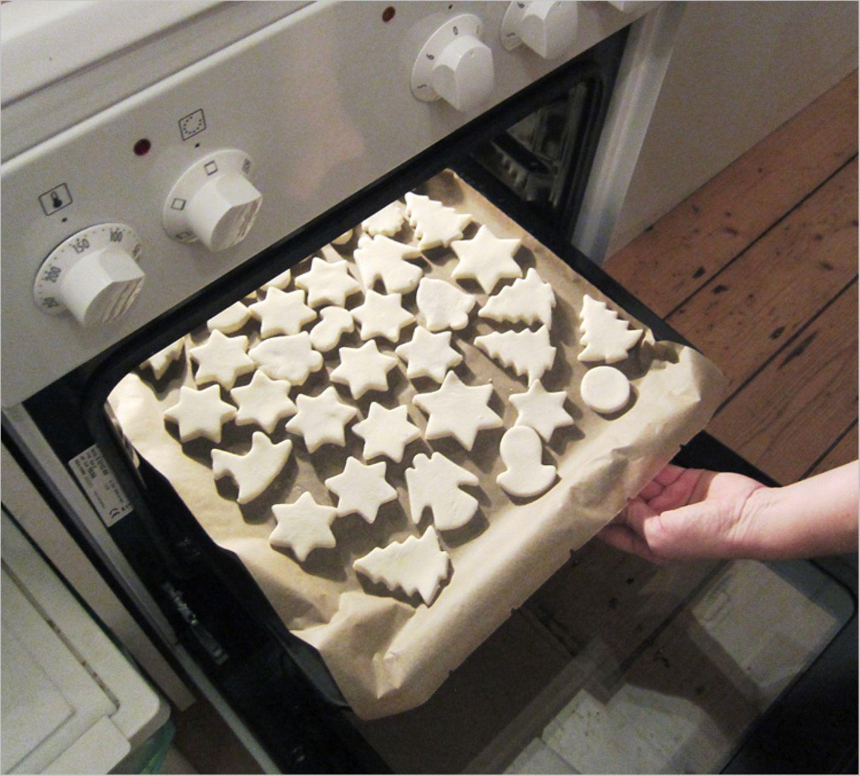 Salzteig-Formen in den Ofen schieben