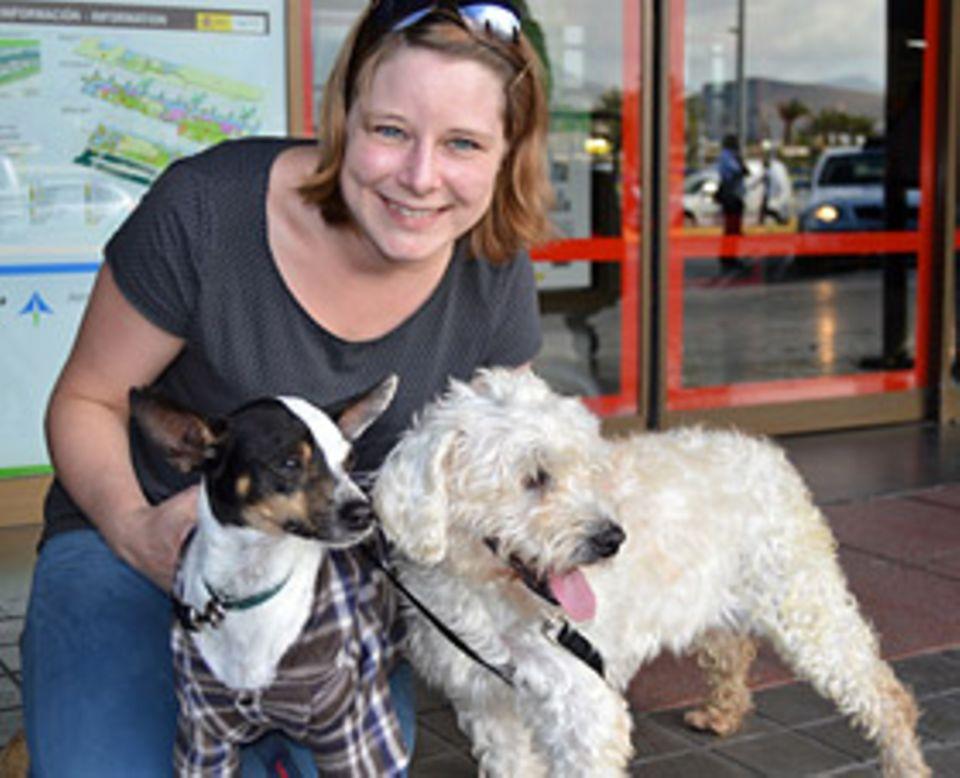 Tierschutz: Redakteurin Anna mit Greta und Piston am Flughafen von Gran Canaria. Gleich geht es für die beiden los in ein neues Leben