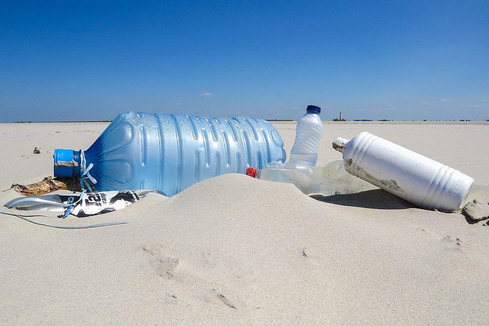 Strandgut aus Plastik: Von Tahiti-Röckchen und Schuh-Fluten