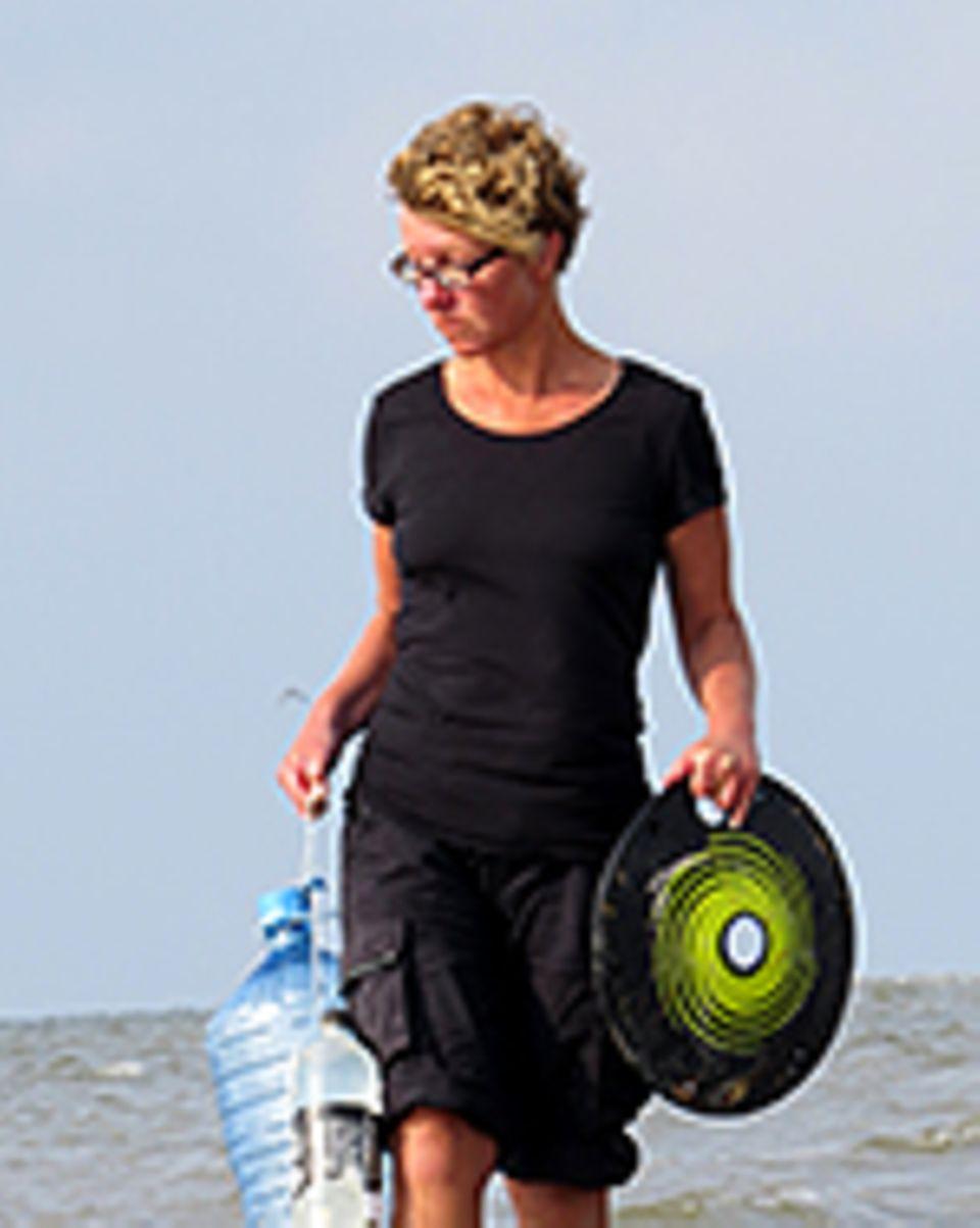 Strandgut aus Plastik: Die Journalistin Jennifer Timrott lebt auf der nordfriesischen Hallig Hooge und in Friedrichstadt