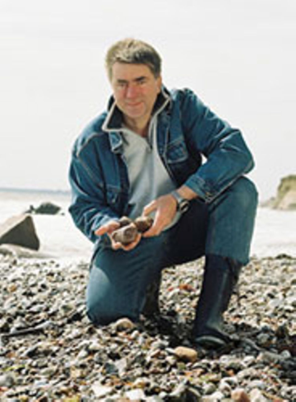 Kein Bernstein, sondern Phosphor: Läuft am Strand gerne mit dem Blick nach unten: Diplom-Biologe Dr. Frank Rudolph