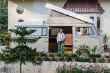 Sie alle mögen Picknick-Ausfahrten. Inderpal Singh Gill, seine Tochter und der Bulli in Ludhiana, Indien